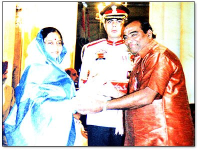 mattanur-shankaran-kutty-marar-receiving-padmasree-from-pratibha-patil